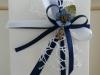 confezione bianca e blu con fiorellino cm 16