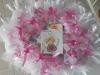 confezione con cesto e nastri rosa